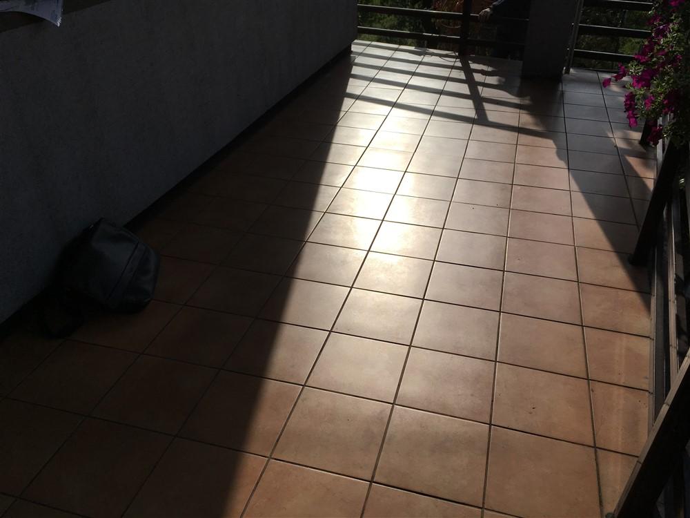 Cieknący balkon pokryty płytkami ceramicznymi