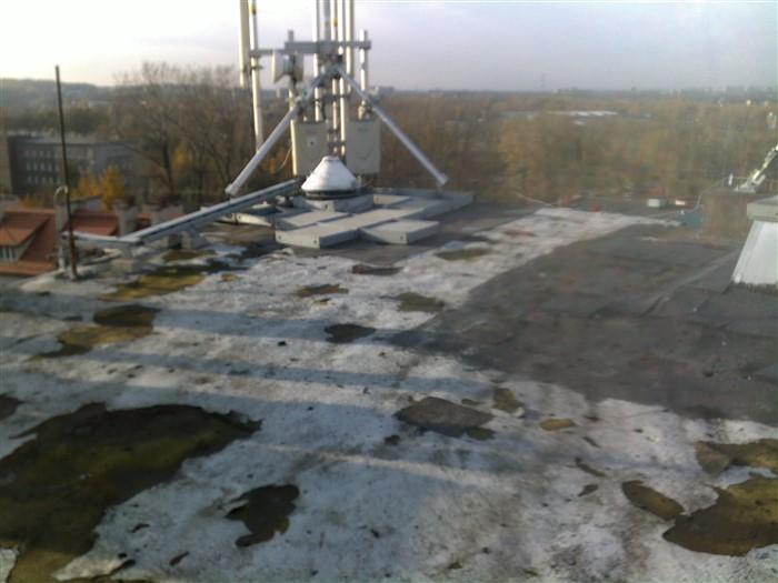 Dach pokryty zniszczoną pianką poliuretanową