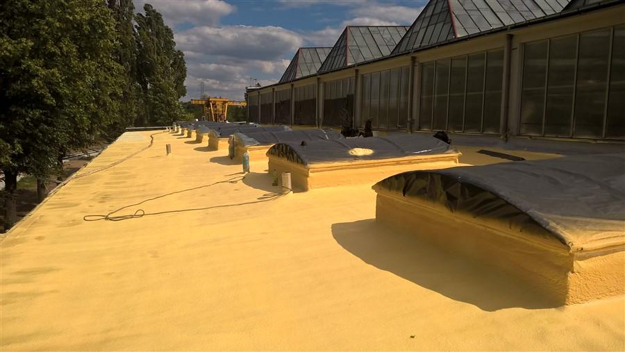 Świeżo nałożona piana poliuretanowa na dachu